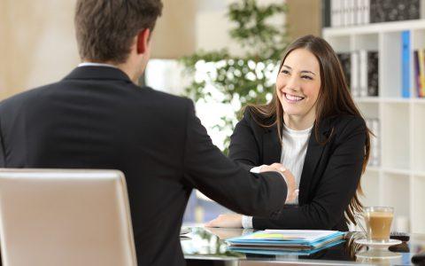 ¿Cómo se debe establecer el salario de un contrato en prácticas?