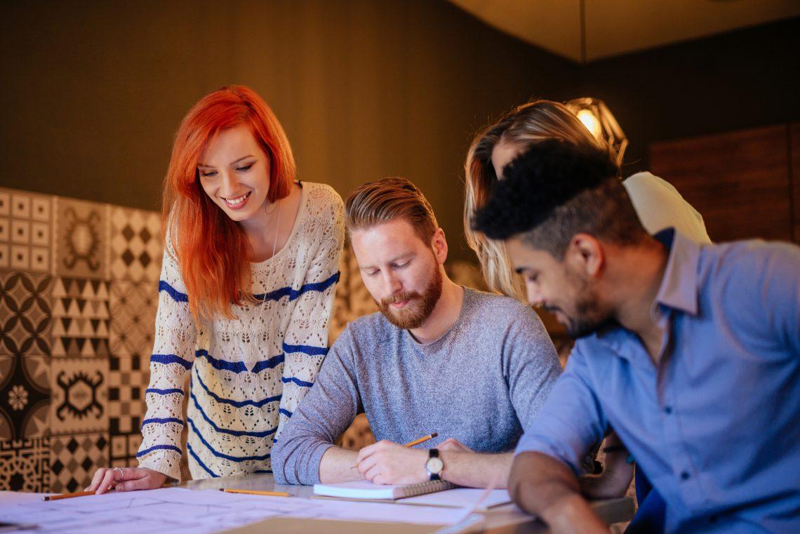 ¿Cuáles son las principales dinámicas de gestión para equipos de trabajo pequeños?