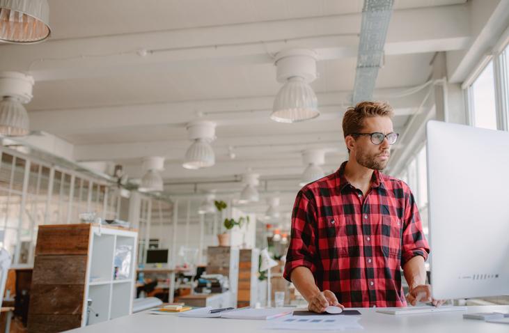 Pros y contras de trabajar de pie en la oficina