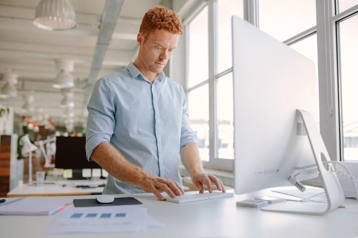 Ventajas y desventajas de trabajar de pie en la oficina