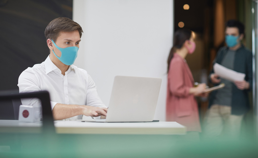 ¿Es obligatorio el uso de mascarillas e instalar mamparas en el trabajo?